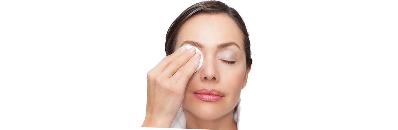 Снятие макияжа с помощью молочка