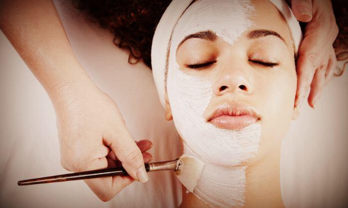 Нанесение альгинатной маски на лицо