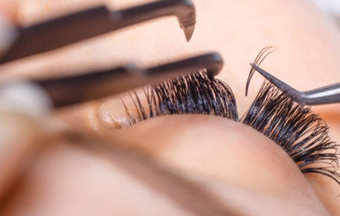 Процесс наращивания ресниц