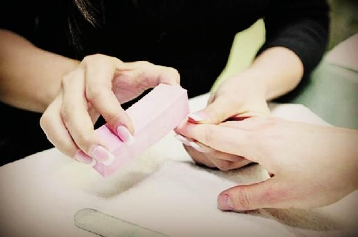 Шлифовка ногтей с помощью бафика