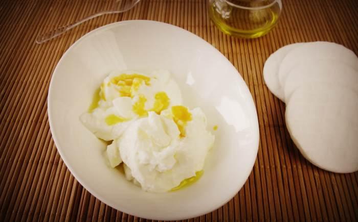 Приготовление маски для лица на основе творога, желтка и оливкового масла