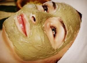 Нанесение маски из морской капусты на лицо