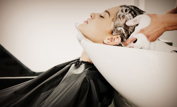Мытьё волос безсульфатным шампунем