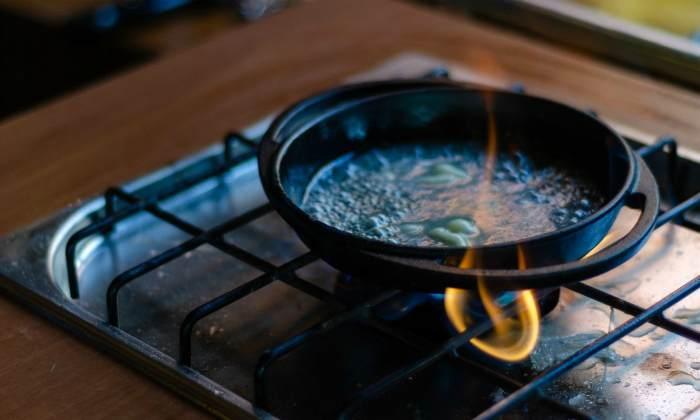 Кипячение чугунной сковороды в растворе