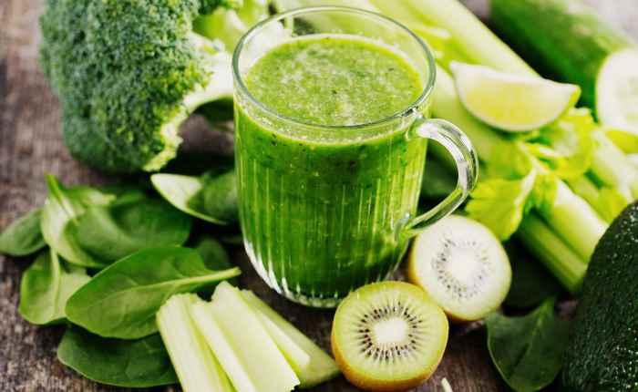 Зелёный смузи с киви, сельдереем огурцом для похудения