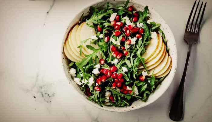 Веганский салат с косточками граната