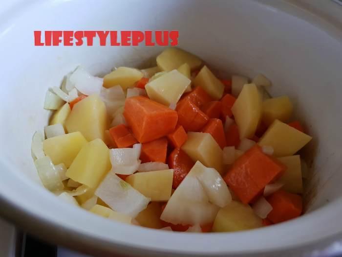 Добавляем овощи в разогретое масло
