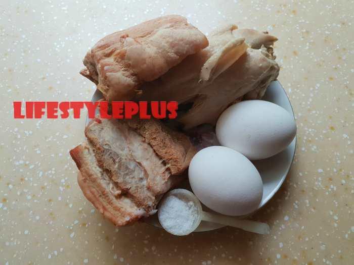 Куринное мясо и свинные рёбрышки с яйцами для фарша