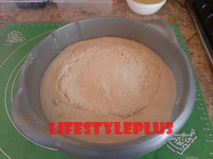 Замешиваем тесто из ржаной и пшеничной муки