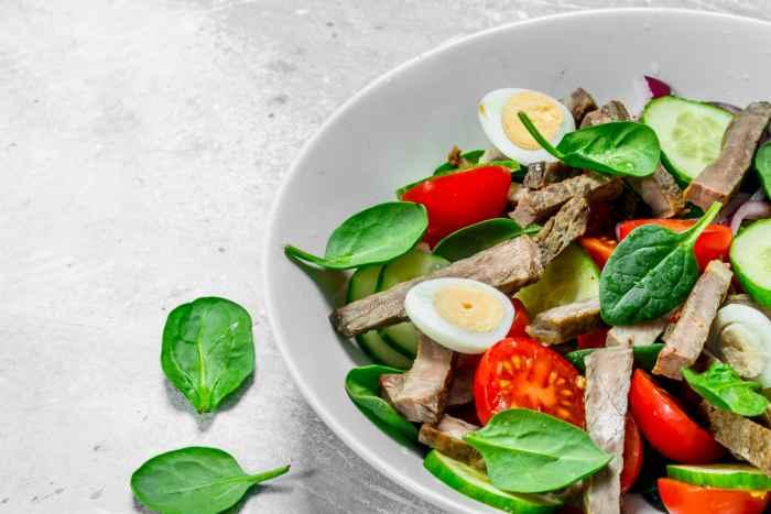 Салат с перепелиными яйцами, варёным мясом и помидорами